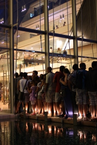 I tanti visitatori in attesa anche nelle ore notturne. foto di Liandru_Lorenza